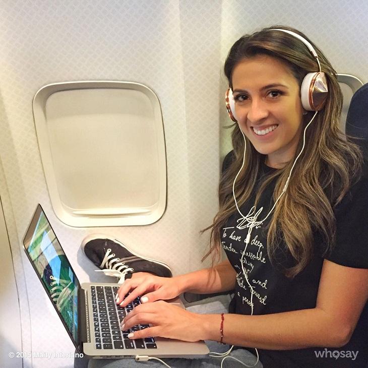 Aprovechando su vuelo mientras prepara su próxima historias.
