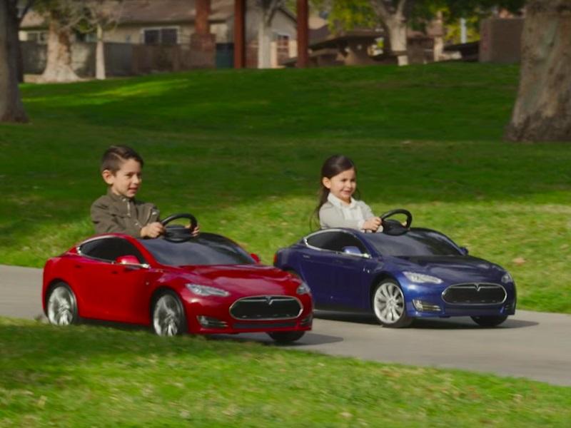 """Tesla y Radio Flyer Se Unieron Para Crear Un """"Modelo S"""" Manejable Para Niños"""