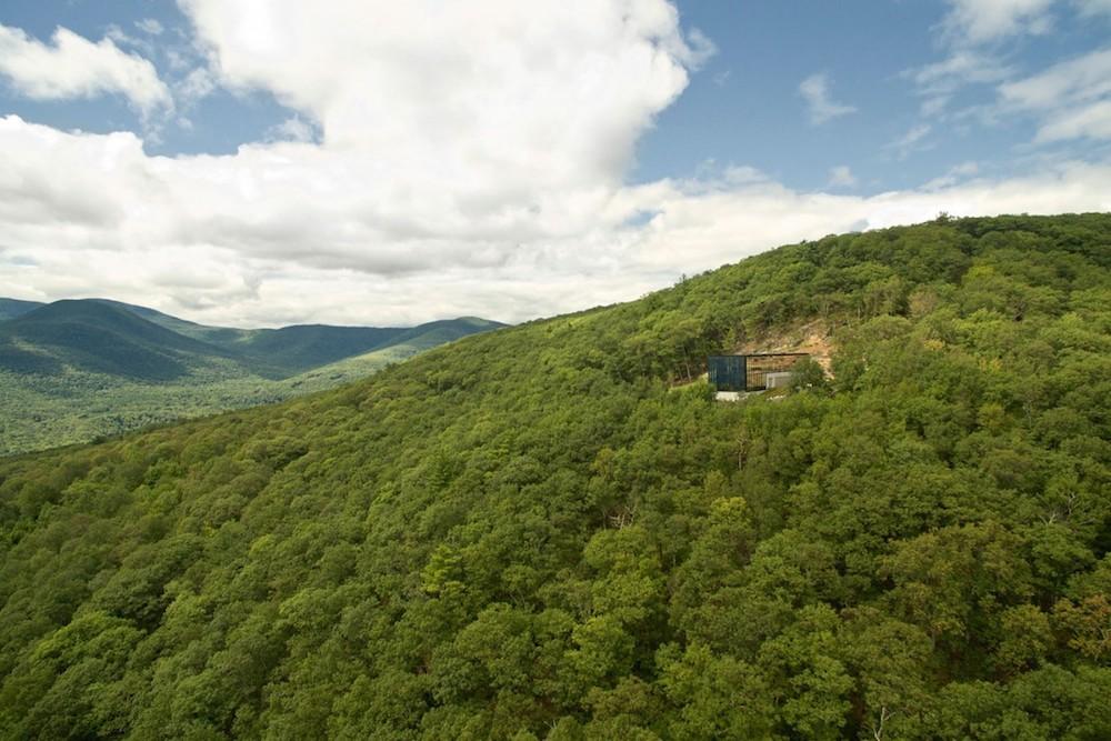 La mansión contemporánea se encuentra en el borde del embalse Ashoka, justo debajo de la cima de la montaña Catskill, Nueva York.