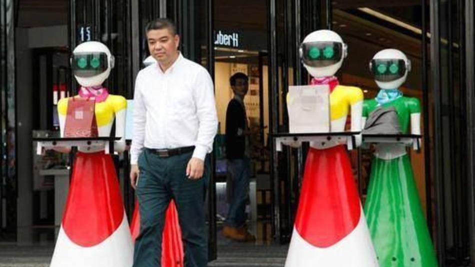 ¡De Locura! Magnate Chino Sale De Compras Acompañado De 8 Sirvientes Robots