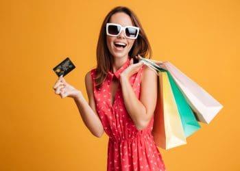 Mujer de compra con una tarjeta de crédito