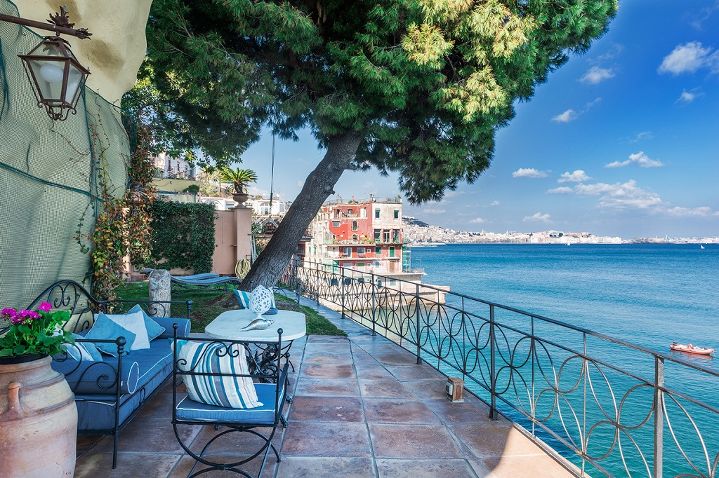 La Pagoda: Esta Encantadora Villa En Italia Con Sublimes Vistas Al Golfo de Nápoles Está A La Venta Por €4.9 Millones