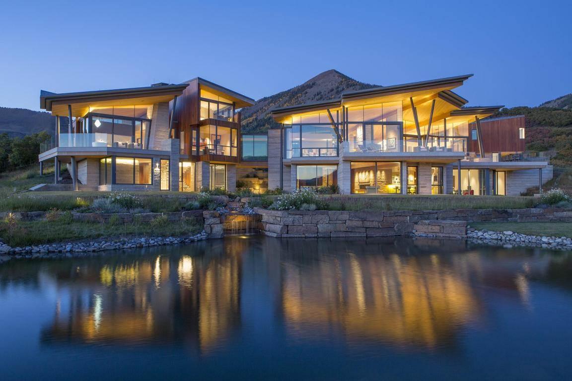 Con un río que literalmente la atraviesa, la espectacular residencia de cristal en el borde de un acantilado se vende por $24,9 millones