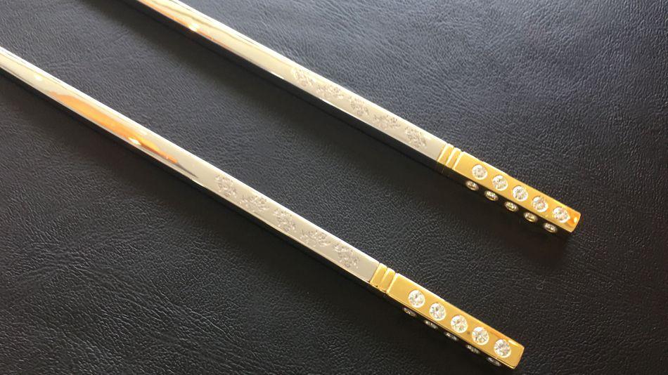 Puedes llevarte a casa estos palillos de $17.000 con diamantes de forma gratuita, pero sólo después de una cena de $2 MILLONES