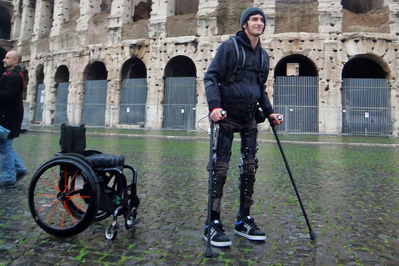 El exoesqueleto de $40.000 que le permite a las personas con parálisis corporal volver a caminar