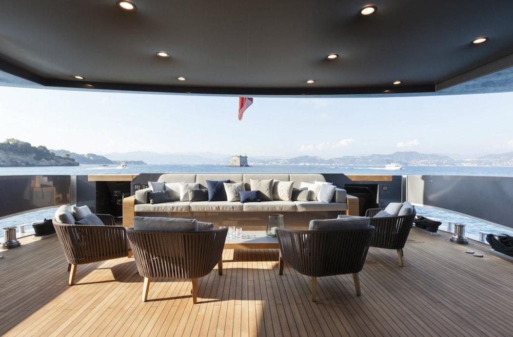 FAST: Elegante y moderno súper yate de 46M por Baglietto