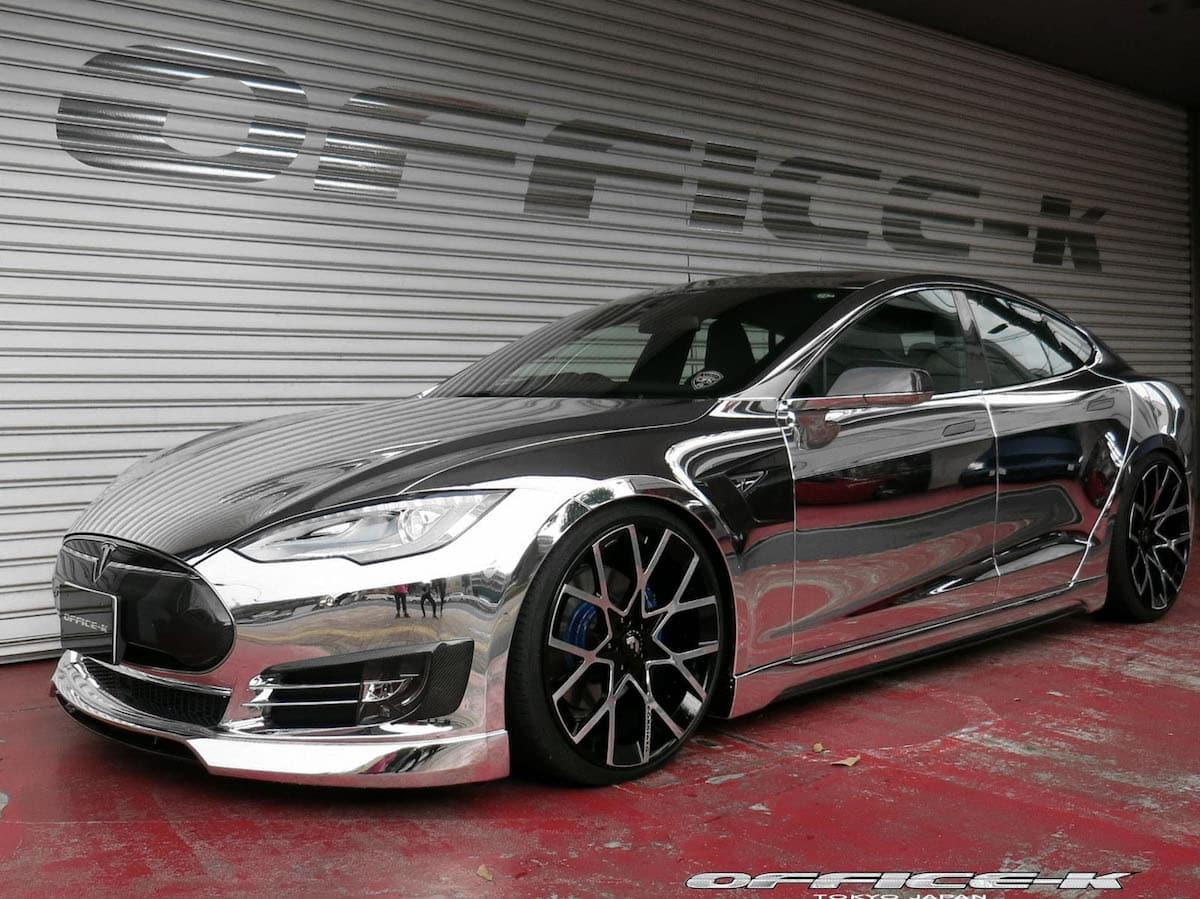Tesla Modelo S recibe envoltura de cromo por Office-K
