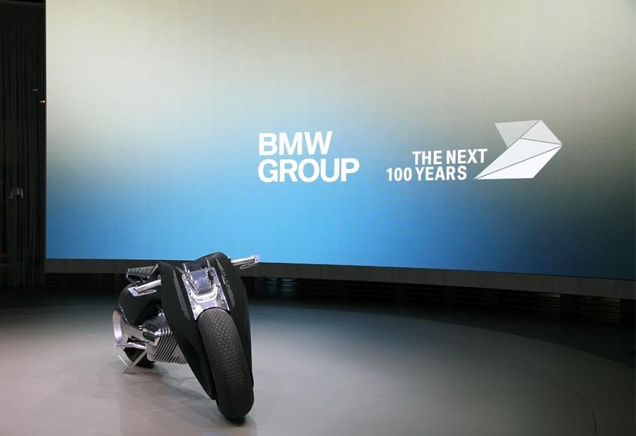 Motorrad Vision Next 100: La motocicleta del futuro de BMW que no requiere casco y previene accidentes
