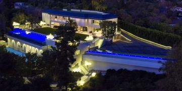 El multimillonario dueño de los Detroit Pistons de la NBA compró esta preciosa mansión en Los Ángeles por $100 MILLONES