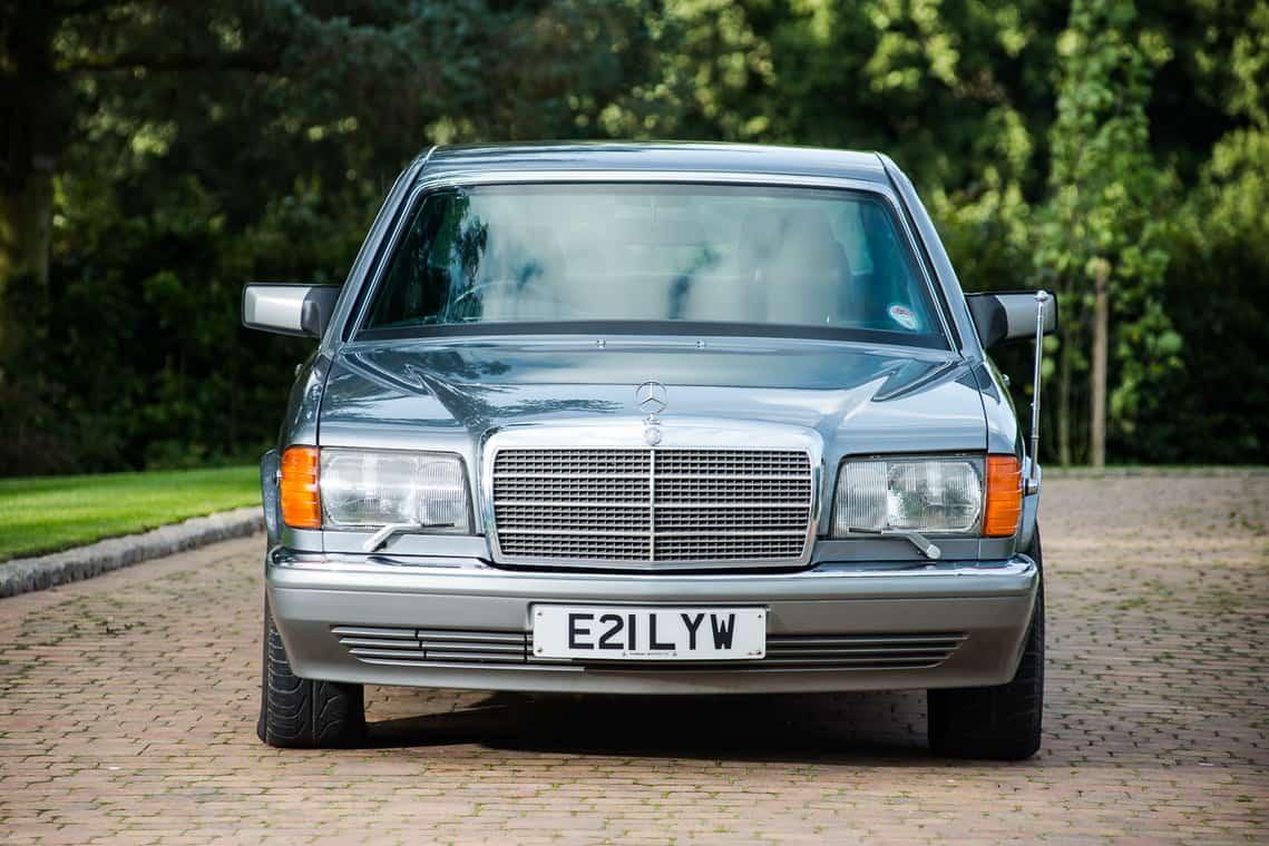 Mercedes-Benz 560 SEL blindado del ex rey de Jordania será subastado