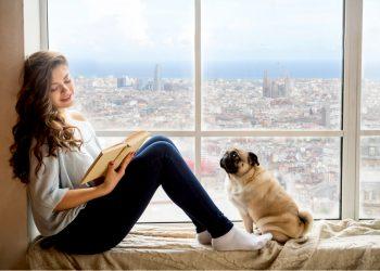 Mujer con su perro en su piso de lujo en Barcelona.