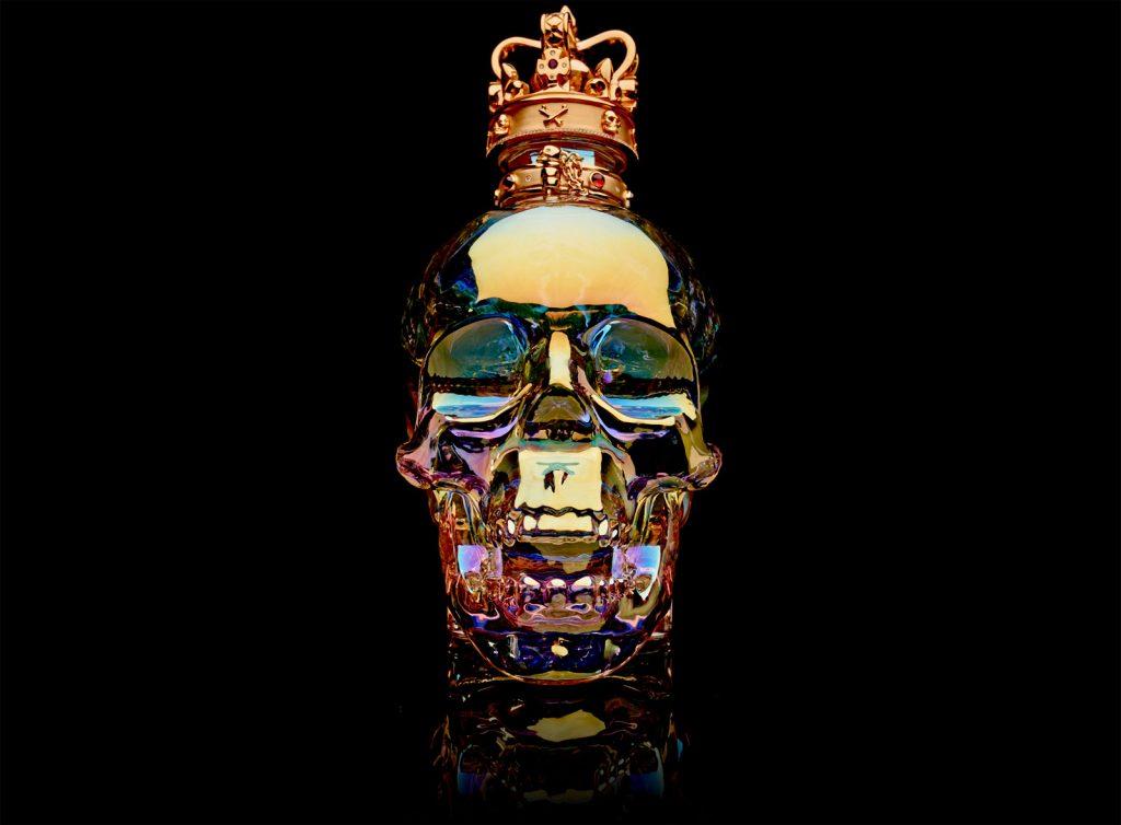 ¡De Terror! El Crystal Head Vodka Aurora Magnum con una tapa en forma de corona de oro y piedras preciosas