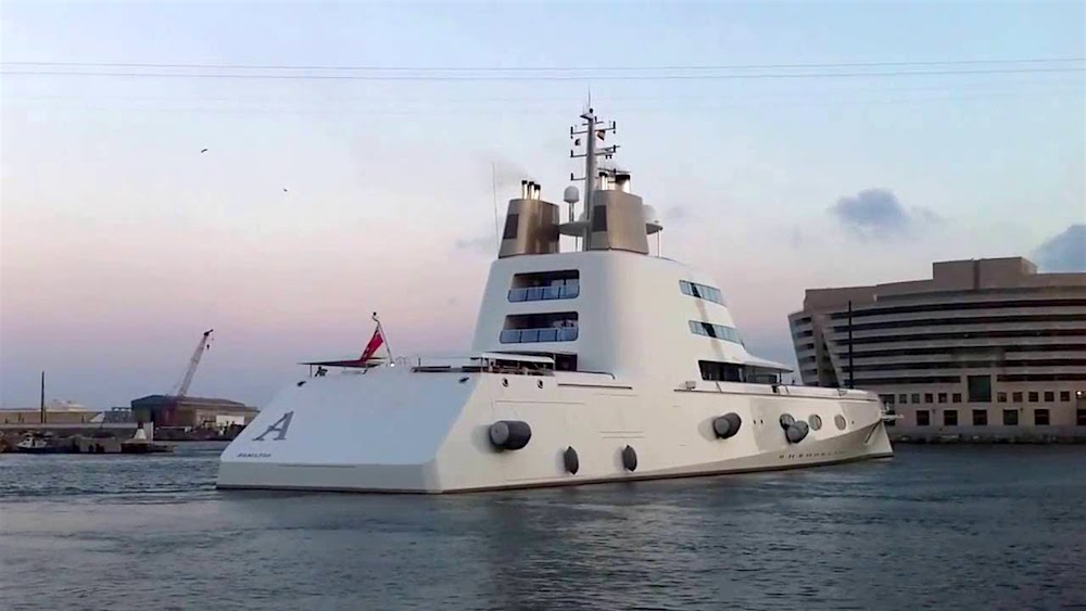 ¡Pocas veces visto así! Vea el Super yate 'A' salir de un puerto en Barcelona