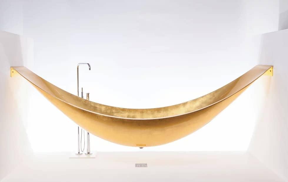 Ahora puedes ordenar la bañera Gold Vessel Hammock de Splinter Works en oro de 24 quilates