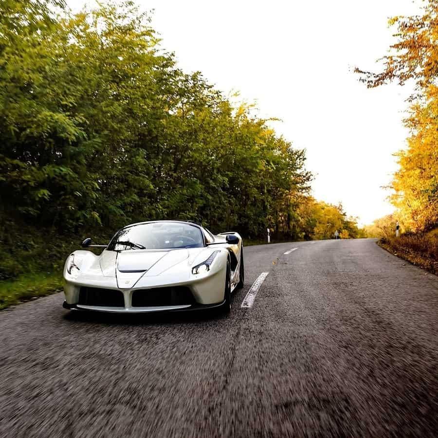 Qué hermoso luce este súper coche en color blanco que recibió un coleccionista