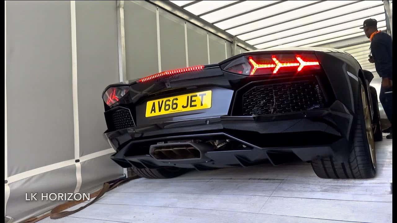 Mira el momento en que un afortunado mega rico en Londres recibe su impresionante Lamborghini Aventador Miura Black & Gold Edition