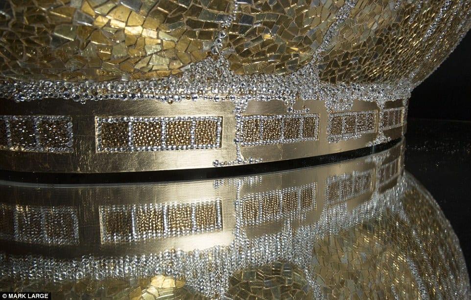 Bañada en ORO de 24 quilates y adornada con 250.000 CRISTALES