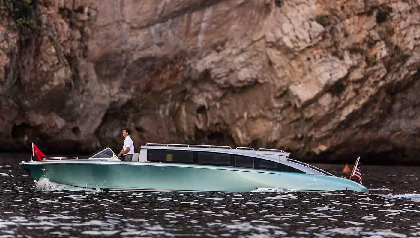 Esta lancha limusina de Hodgdon Yachts es puro lujo y elegancia – A la venta en $1.5 millones