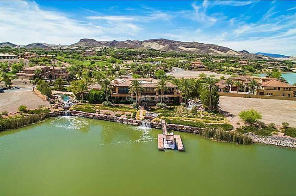 Esta ALUCINANTE mansión en Nevada frente a un lago puede ser tuya por $8.5 millones.