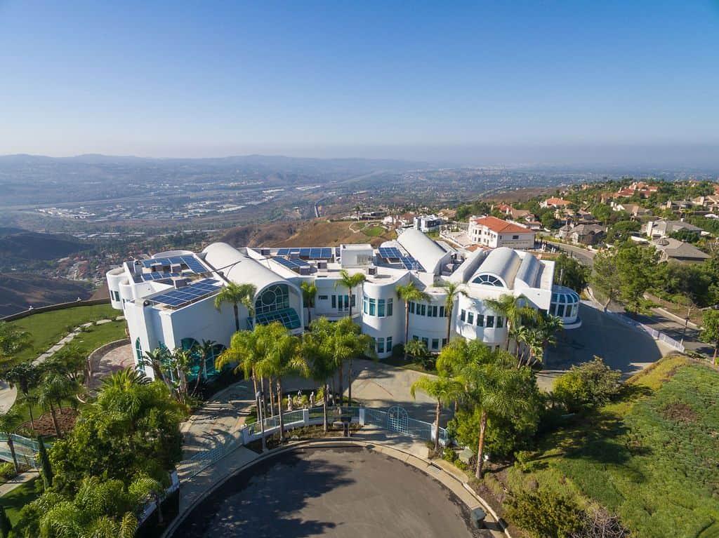 Moderna mega mansión en Yorba Linda, California está ahora a la venta por $18 millones