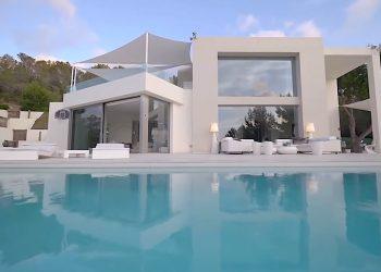 Qué increíble mansión en Ibiza; solo mira que hermosa es la piscina de borde infinito
