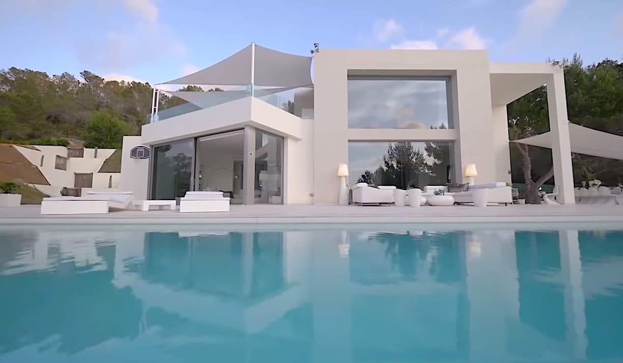 Chequea la hermosa es la piscina de borde infinito.