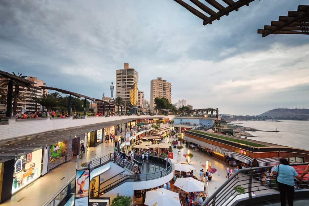 Centro comercial Larcomar en el distrito de Miraflores de Lima, Perú