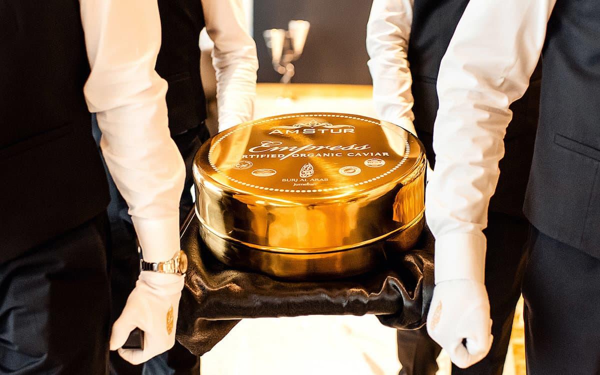 Burj Al Arab y AmStur Caviar entran en el libro de los Récords Guinness por la lata de caviar más grande del mundo