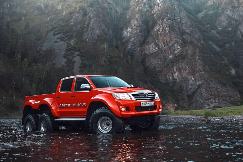 ¡Para situaciones más difíciles! VEA esta monstruosa todoterreno Toyota HILUX 6×6 por Arctic Trucks
