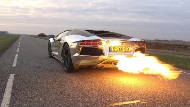 ¡SÚPER BRUTAL! Este Lamborghini Aventador dispara ¡FLAMAS DE FUEGO!