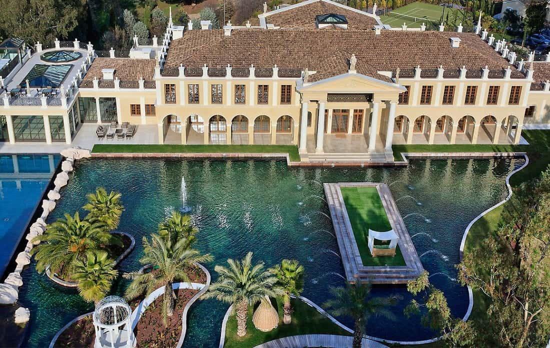 Mira desde un drone el majestuoso Le Palais Vénitien en Cannes