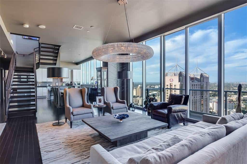 Este lujoso penthouse de dos pisos en Texas con vista panorámica busca dueño en $1.8 millones