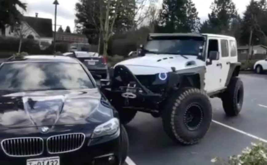 Vea a este enojado dueño de un JEEP modificado empujar un BMW mal estacionado en dos espacio