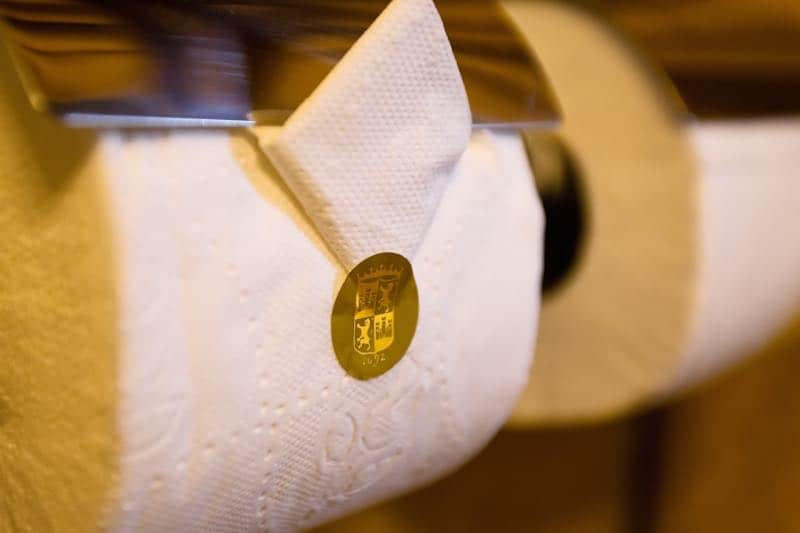 Papel higiénico de oro: Opulentos y extravagantes lujos que solo los mega multimillonarios pueden permitirse.