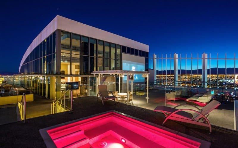 Este ULTRA EXCLUSIVO penthouse de $18 millones en Palms Place, Las Vegas viene con un Lamborghini