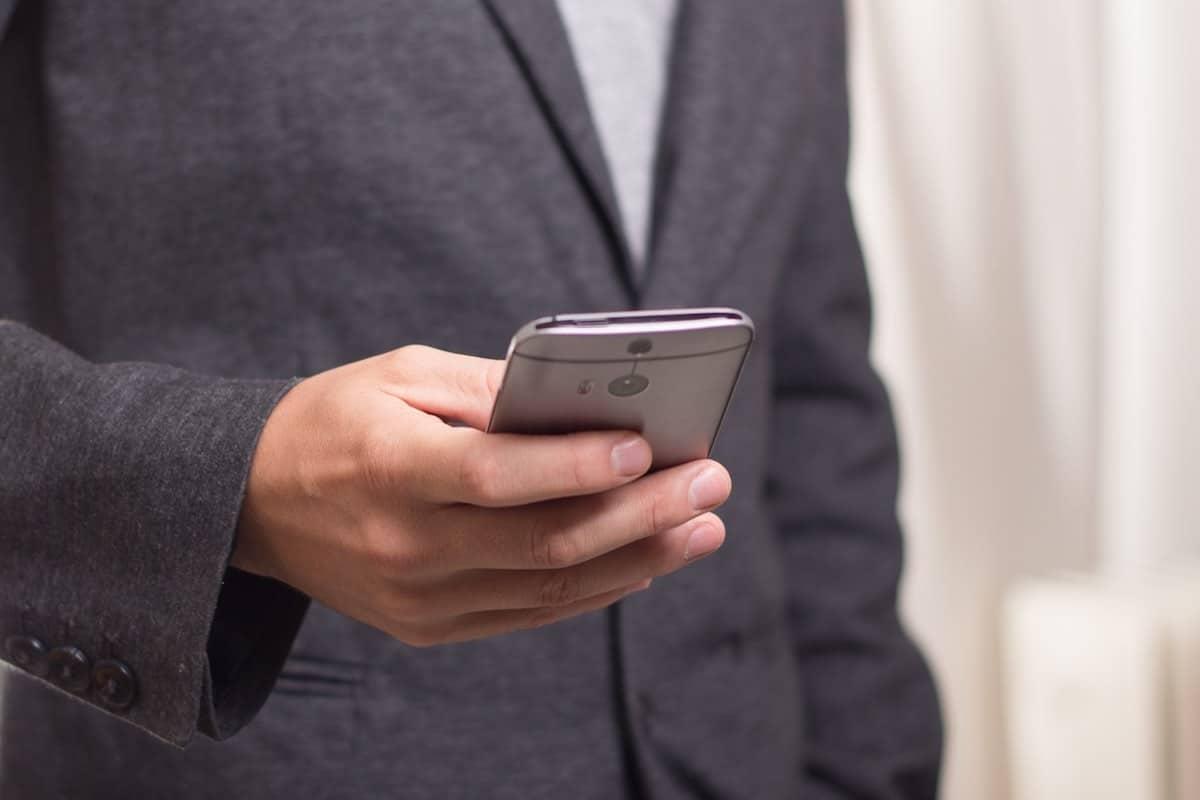 Corredor de la bolsa hace transacción de $100 millones desde su celular