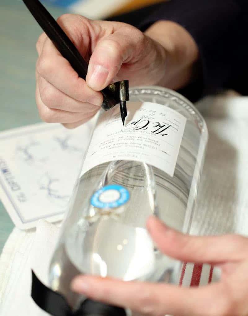 Tequila Casa Dragones enaltece el arte de la caligrafía con su técnica de personalización