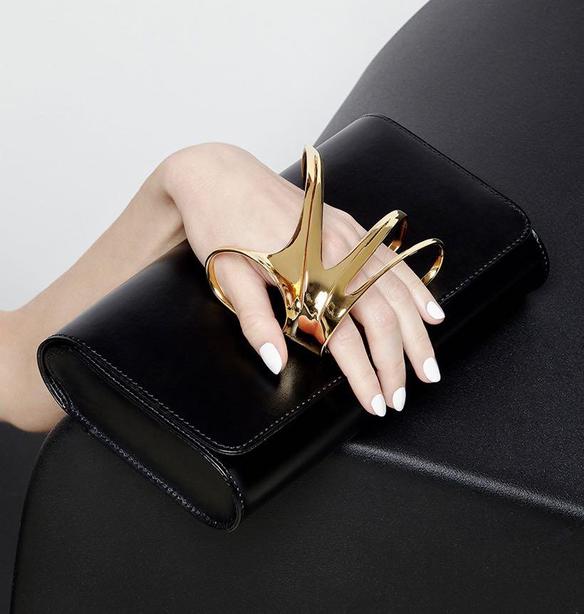 Perrin Paris rinde homenaje al legado de Zaha Hadid con una magnífica colección de clutches