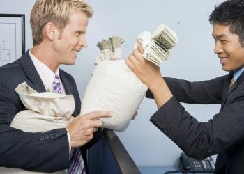 Empresarios con dinero en efectivo