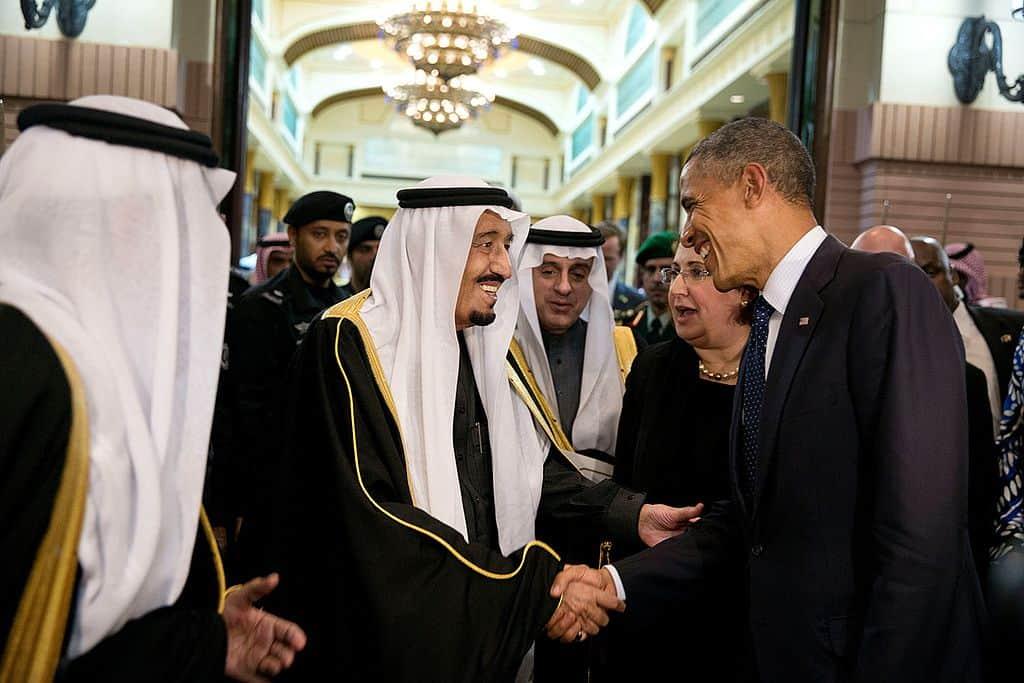El rey Salman bin Abdulaziz de Arabia Saudita se despide del presidente Barack Obama en el Palacio Erga de Riyadh, Arabia Saudita