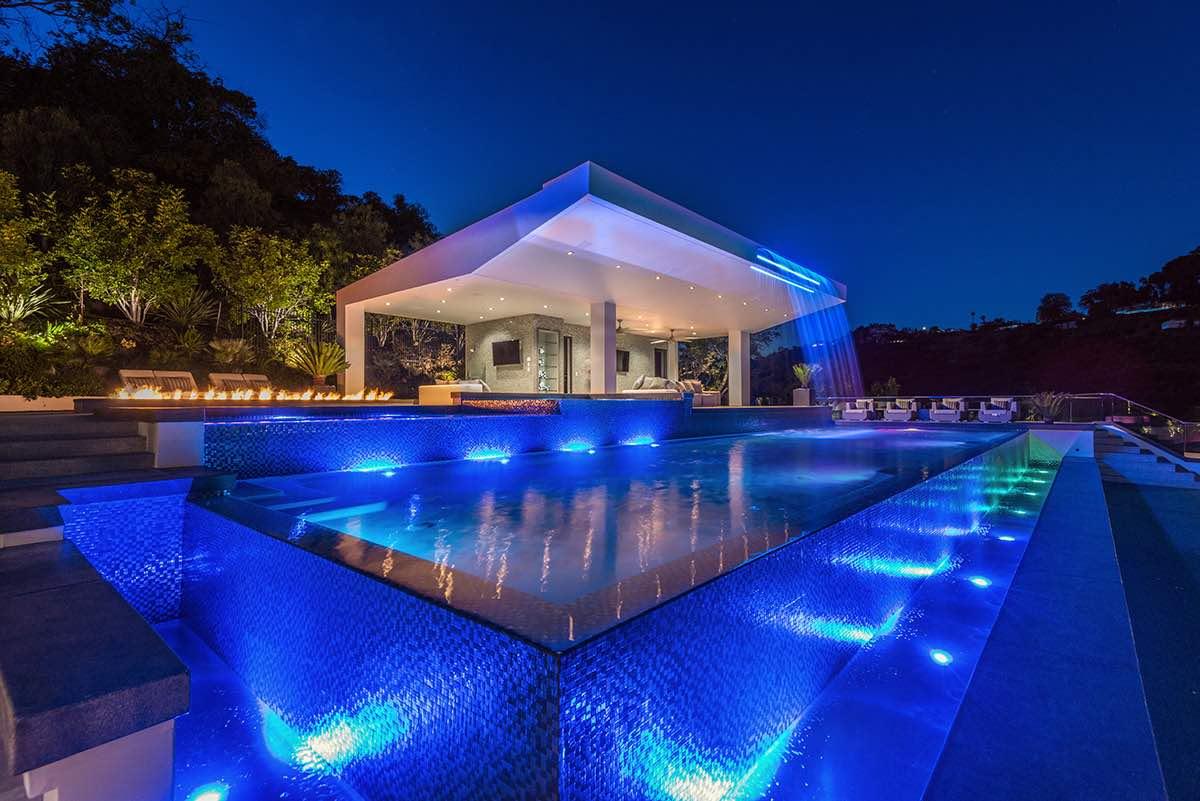 Esta impresionante mansión de Bel Air - en venta por $100 MILLONES - es el paraíso de fiestas para mega ricos