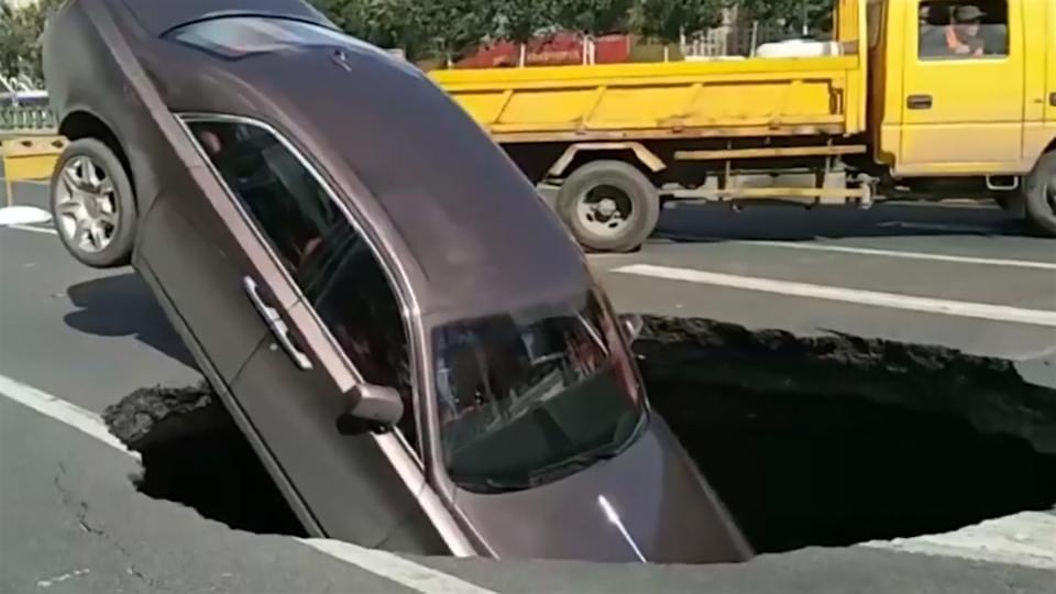 """""""Sinkhole"""" se traga un Rolls Royce Phantom de $560.000 en una calle de China"""
