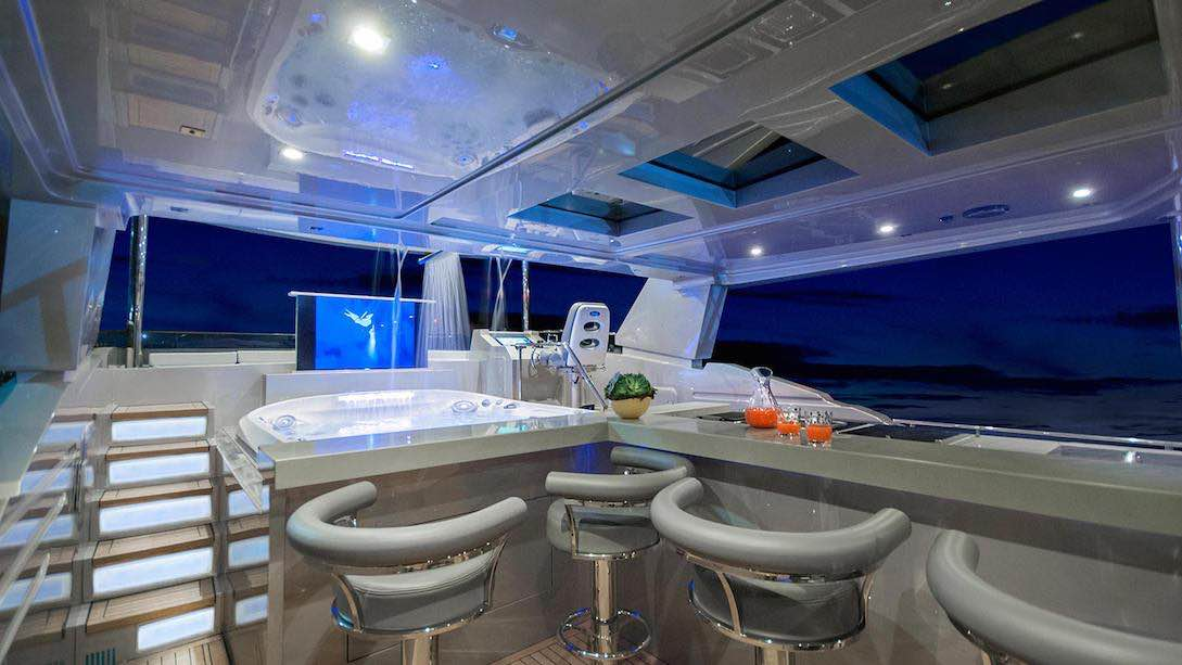 Suba a bordo de esta embarcación de lujo por MCP Yachts