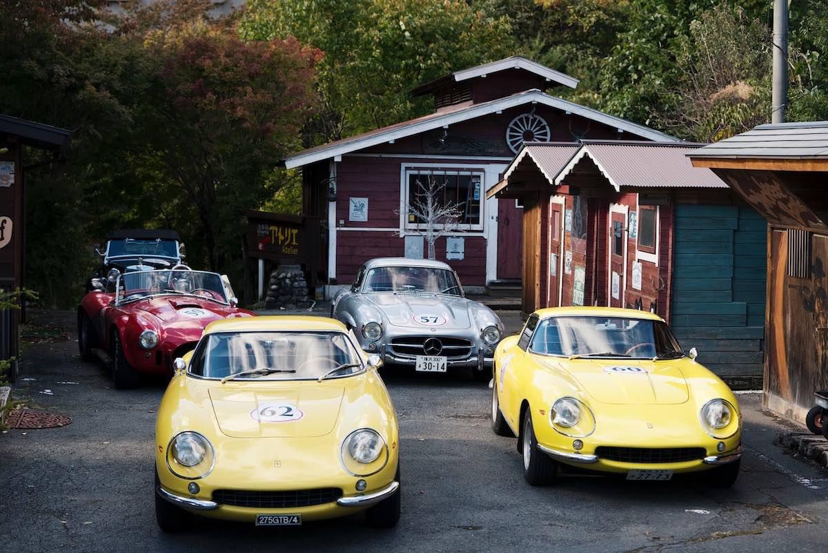 Modelo de coches (Desde atrás, de derecha a izquierda): MG TD, 1957 Mercedes Benz 300SL Gullwing 1952; Ferrari 275 GTB/4 1967; Ferrari 275 GTB/4 1967, AC Cobra 427 S/C 1965.