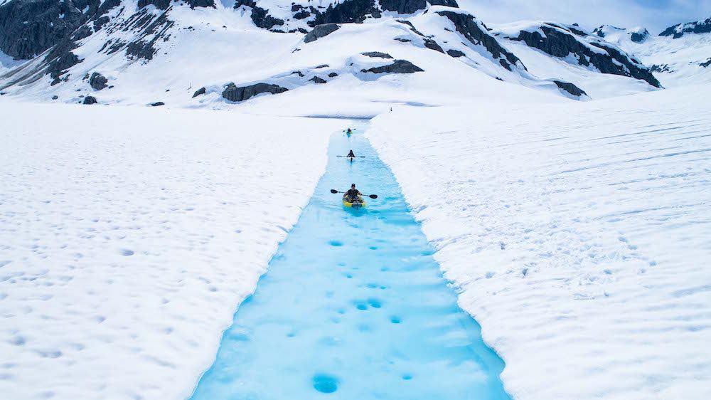 Esta increíble excursión en helicóptero te lleva a recorrer los glaciares de Canadá en kayak
