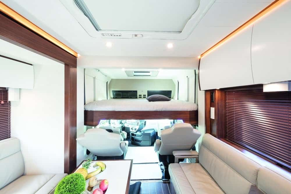 Esta ultra lujosa autocaravana de $1 millón tiene espacio para tu familia y tu Porsche