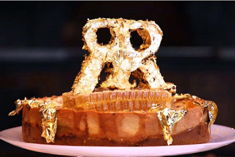 Trufas, coñac de 200 años y hojas de oro son algunos de los ingredientes en el cheesecake más caro del mundo