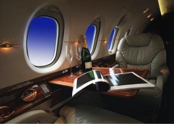 interior de lujo en el moderno avión de negocios