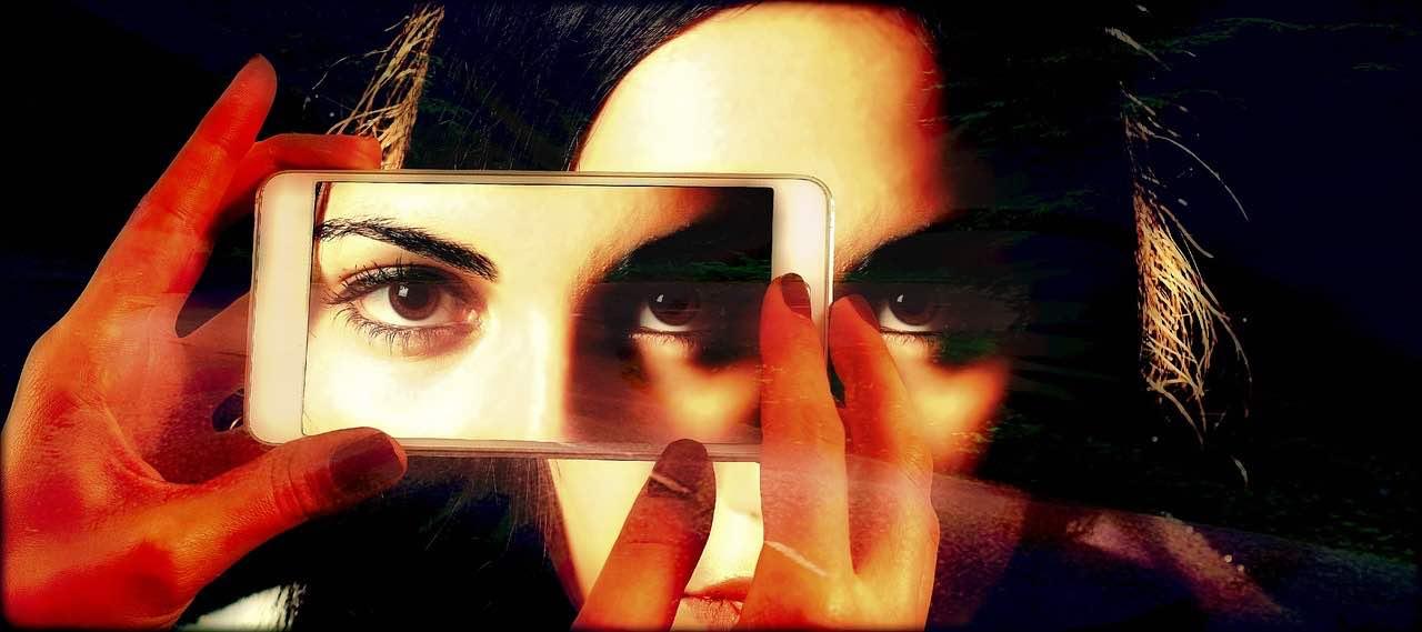 Mujer tirándose una foto