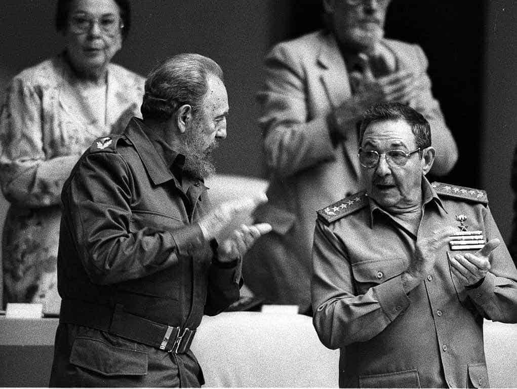 Fidel Castro y su hermano Raul